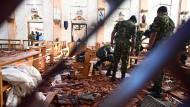 Sicherheitskräfte durchsuchen eine bei den Anschlägen verwüstete Kirche in der Stadt Negombo.