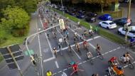 Fahrräder sind besser sind als SUVs – das steht für die Teilnehmer dieser Demo in Freiburg fest.