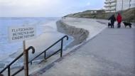 Ein Schild an der Strandpromenade von Wangerooge warnt vor dem Betreten des Strandes nach den Sturmfluten der vergangenen Tage.