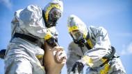 Zwei amerikanische Marines bei einer Übung für einen biochemischen Angriff im kalifornischen Camp Pendleton