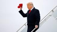 Trump verlässt die Air Force One bei seiner Ankunft in Harlingen, Texas, am Dienstag.