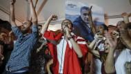 Unterstützer des inhaftierten tunesischen Präsidentschaftskandidaten Nabil Karoui feiern am Sonntag nach den ersten Wahlergebnisse der ersten Runde.