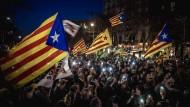 Barcelona am Donnerstagabend: Katalanische Fahnen und Handys als Protest der Unabhängigkeitsbefürworter.