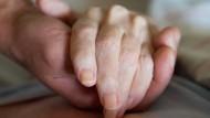 Ethische Debatte: Corona-Impfung für Todkranke