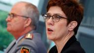 Verteidigungsministerin Annegret Kramp-Karrenbauer (CDU) und Eberhard Zorn, Generalinspekteur der Bundeswehr, am Mittwoch bei einer Pressekonferenz zur Reform des Kommando Spezialkräfte (KSK) in Berlin