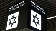 Ein Schild für einen jüdischen Gebetsraum am Frankfurter Flughafen