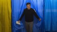 Wolodymyr Selenskyj betritt im ersten Wahldurchgang die Stimmkabine – damals noch ohne Panne.