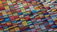 Container stehen auf einem Terminal im Hamburger Hafen.