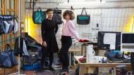 Lebensgeschichten im Taschenformat: Nora Azzaoui und Vera Günther (von links) in ihrem Atelier in Berlin