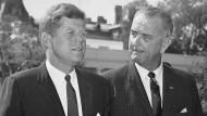 Präsident John F. Kennedy (l.)  mit seinem Vize Lyndon Johnson im Garten des Weißen Hauses, August 1962