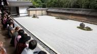 Eins der ältesten Vorbilder: Besucher am Garten des Ryoan-ji-Tempels in Kyoto.