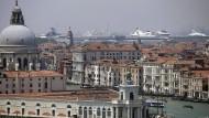 Werden die Monster niemals verschwinden? Blick auf die Lagune von Venedig