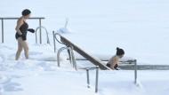 Resilienz meint, dass ein Mensch trotz schlechter Rahmenbedingungen, Stressbelastungen und sonstiger Zumutungen des Lebens psychisch stabil bleibt, harte Zeiten gut durchsteht: Frauen in Espoo, Finnland, beim Eisbaden.