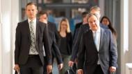 Ministerpräsident Armin Laschet (CDU) und der Direktor des Instituts für Virologie an der Uniklinik Bochum, Hendrik Streeck am Donenrstag auf dem Weg zur Pressekonferenz