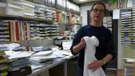 Erst wenn der Tag zu Ende ist, geht der weiße Laborkittel an die Garderobe: Gerhard Steidl in seinem Büro.