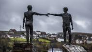 """Die Skulptur """"Hands Across the Divide"""" in Derry steht für den Zusammenhalt der geteilten Insel."""