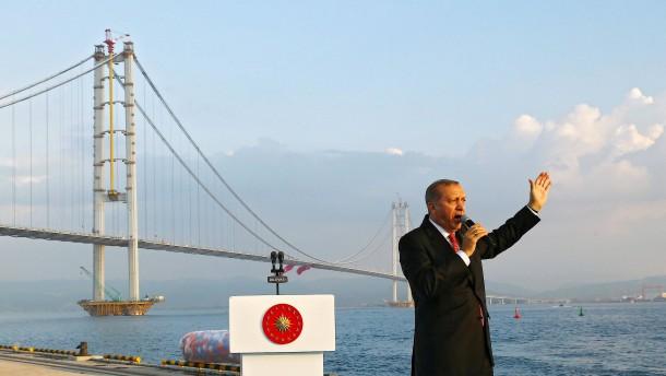 © dpa Politiker sind wie Werbeleute, sie verkaufen Träume. Das ist auch bei Erdigan nicht anders, der das Präsidialsystem in der Türkei einführen will.