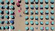 Ist Erholung ein leeres Versprechen? Urlauber am Strand der Adria.