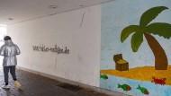 Ein Graffito des mutmaßlichen Täters von Hanau, bevor es am Donnerstag von der Polizei übermalt wurde.