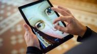 """Als könnte man Maria in die Nase kneifen: Ausschnitt aus einer """"Verkündigung"""" aus dem Berliner Bode-Museum auf einem Tablet, verfügbar über Google Arts and Culture"""