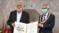Dževad Karahasan bekommt in der Paulskirche den Goethepreis von Oberbürgermeister Peter Feldmann verliehen.