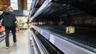 Pjöngjang? Nein, Göppingen: Hamsterkäufe in deutschen Supermärkten.