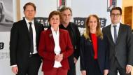 Das Team der Salzburger Festspiele (von links nach rechts) um Florian Wiegand, Konzertchef, Helga Rabl-Stadler, Festspielpräsidentin, Markus Hinterhäuser, Intendant, Bettina Hering, Schauspiel-Leiterin, Lukas Crepaz, kaufmännischer Direktor, steht für ein Gruppenfoto vor der Jahrespressekonferenz zusammen.