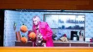 Der kranke Prinz (Kai Kluge) klaut der dicken Köchin in Kreonta drei Orangen.
