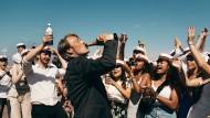 """In """"Der Rausch"""" will Mads Mikkelsen als Geschichtslehrer Martin seiner Midlife-Crisis mit einer bewusst herbeigeführten Alkoholkrankheit entkommen."""