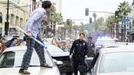 Blechschaden inklusive: John Nolan (Nathan Fillion) versucht als Polizist zu schlichten.