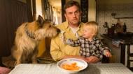 <CW-10>Zu Tisch: Eberhofer (Sebastian Bezzel) und Sohn Paul (Luis Sosnowski).