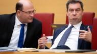Bayerns Finanzminister Füracker neben Ministerpräsident Söder, beide CSU