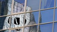 Kreditinstitute wie die Deutsche Bank sollen Aktionäre und Mitarbeiter auf Diät setzen.