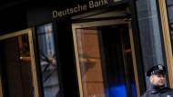 Polizei vor einem Gebäude der Deutschen Bank an der Wall Street