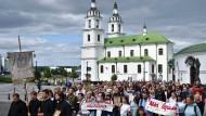 """Gläubige verschiedener christlicher Konfessionen nehmen am 13. August an einer friedlichen Prozession in Minsk teil. Auf einem Banner steht: """"Wir sind gegen Gewalt."""""""