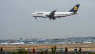 Sicherheitslandung in Frankfurt: Ein Frachtflugzeug der Fluggesellschaft Lufthansa musste wegen möglicherweise defekter Kerosinleitungen außerplanmäßig landen. (Symbolbild)