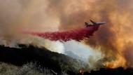 Ein Tankflugzeug wirft in Goleta, Kalifornien, Löschmittel auf einen Waldbrand ab.
