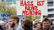 """""""Hass ist keine Meinung"""" - dieses Schild ist bei einer Parade gegen Rassismus und Hate Speech 2018 zu sehen."""