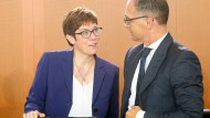 Annegret Kramp-Karrenbauer und Heiko Maas bei einer Kabinettssitzung Ende Juli
