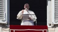 Papst Franziskus spricht am Neujahrstag das Angelusgebet an einem offenen Fenster im Petersdom zu den Menschen auf dem Petersplatz.