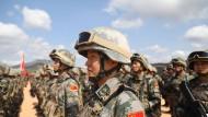 Seit' an Seit': Chinesische und kambodschanische Soldaten bei einem gemeinsamen Manöver im Kampot