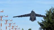 Ein Transportflugzeug von Typ C-5 Galaxy startet vom amerikanischen Militärflughafen Spangdahlem.