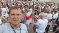 Andrzej Poczobut fotografiert sich während einer Demonstration in Belarus selbst.