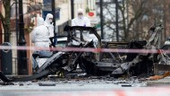Forensiker der Polizei in Londonderry untersuchen im Januar 2019 einen Sprengsatz.