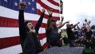 """Sie halten sich bereit: """"Proud Boys"""" mit ihrem Führer Enrique Tarrio (zweiter von links) auf einer Demonstration am 26. September in Portland"""