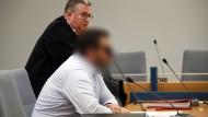 Der Angeklagte (vorne) und sein Anwalt Lars Leininger warten am 10. Januar im Landgericht Siegen auf den Beginn ihres Prozesses