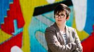 Die Journalist Lyra McKee auf einem Foto aus dem Jahr 2017 vor der Sunflower Bar auf der Union Street in Belfast. Sie wurde 29 Jahre alt.