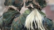 Soldatin, aber Frau Stabsunteroffizierin: An den Dienstgraden dieser Bundeswehrangehörigen auf dem Truppenübungsplatz Lehnin ändert sich erstmal nichts.