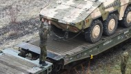 """Transportpanzer des Typs """"Boxer"""" werden im Januar 2018 in Immendingen für den Transport nach Litauen auf Züge verladen."""