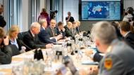 Bei der Arbeit: Der Krisenstab der Bundesregierung tagt am Freitag in Berlin